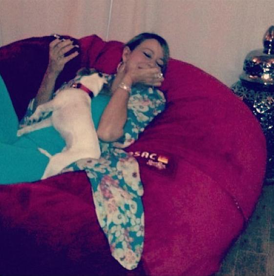 Mariah com o cão Jill E Beans. (Foto: Reprodução / Daily Mail)