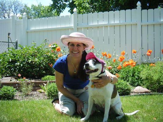 Judy Jaros com a cachorra Marsha. (Foto: Reprodução / Bark Post)