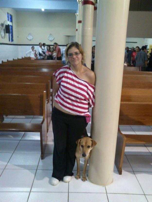 Mulher excomungada ainda ficou até o final da missa e posou para foto com seu cachorro. Foto: Reprodução/Facebook