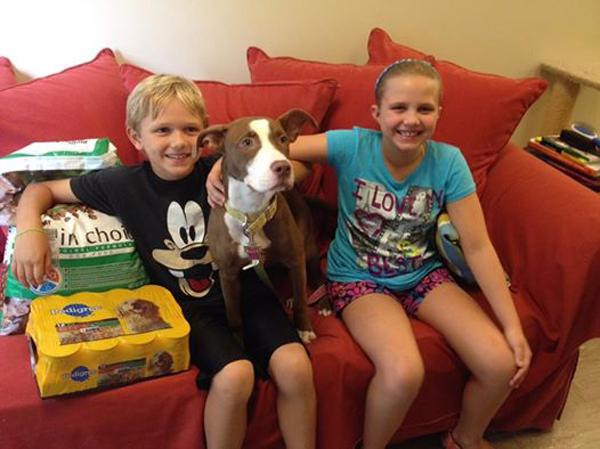 Ethan e Claire souberam da história da cachorra e doaram ração. (Foto: Reprodução / Dogster)