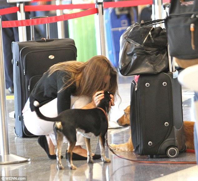 Hilary Swank no aeroporto de Los Angeles. (Foto: Reprodução / Daily Mail)