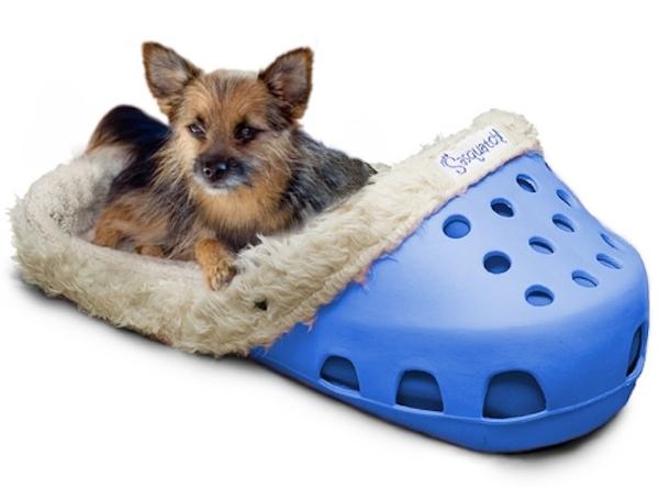 Essa caminha de cachorro parece uma sandália crocs gigante. (Foto: Reprodução / Dogster)