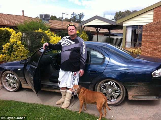 Clayton com seu outro cachorro Tyson e o carro que está oferecendo como recompensa. (Foto: Reprodução / Daily Mail)