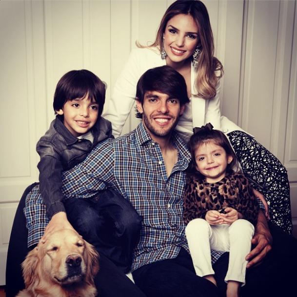 Kaká com a esposa, os dois filhos e a cachorra Mel. (Foto: Reprodução / Instagram)