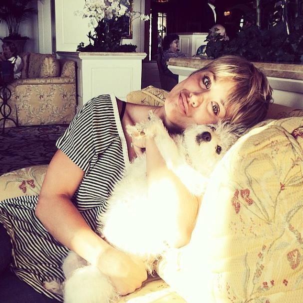 Kaley Cuoco com a cachorra Ruby. (Foto: Reprodução / Instagram)
