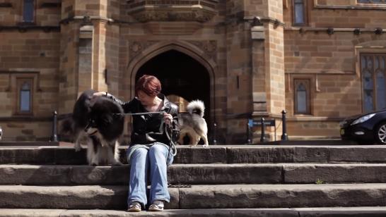 Melissa Starling com dois cachorros. (Foto: Reprodução / Youtube / University of Sydney)