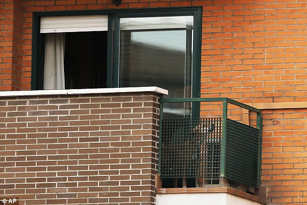 Javier havia deixado bastante água e comida para o cão no apartamento. (Foto: Reprodução / Daily Mail UK)
