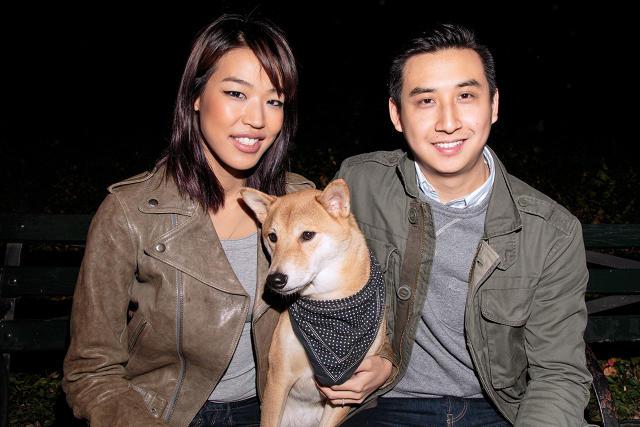 O cão Bodhi com seus tutores Yena Kim e David Fung. (Foto: Reprodução / Fast Company)