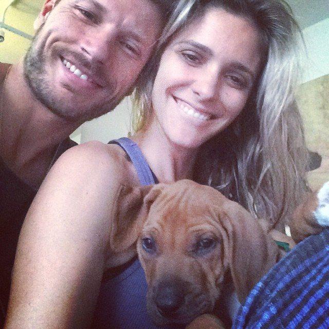 Rodrigo Hilbert e Fernanda Lima com o novo cachorro. (Foto: Reprodução / Twitter)