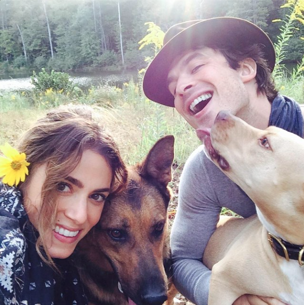 Ian Somerhalder com a namorada Nikki Reed e suas cachorras Neitczhe e Ira. (Foto: Reprodução / Instagram)
