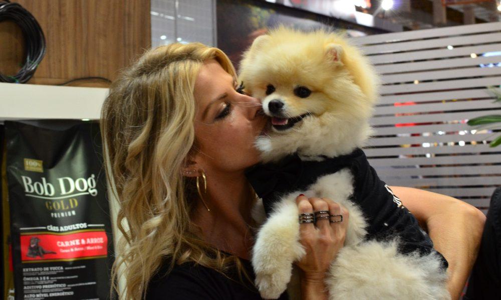 Karina Bacchi e seu cachorro Joy. (Foto: Fabricio Ladeira)