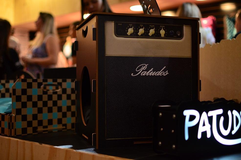 Casinha para cachorro que imita um amplificador e também funciona como um pufe. (Foto: Fabricio Ladeira)
