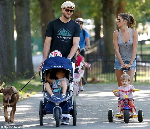 Gisele Bundchen e Tom Brady com a cachorra Lua e os filhos Benjamin e Vivian. (Foto: Reprodução / Daily Mail UK)