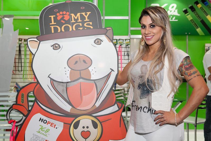 A ex-bbb Vanessa com ilustração de Hara, a mascote da Hopet. (Foto: Divulgação)