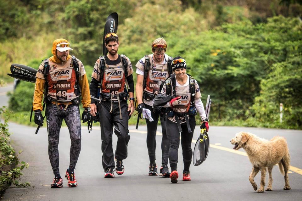 O cachorro Arthur acompanhou o time nessa longa competição. (Foto: Reprodução / Facebook / Team Peak Performance)
