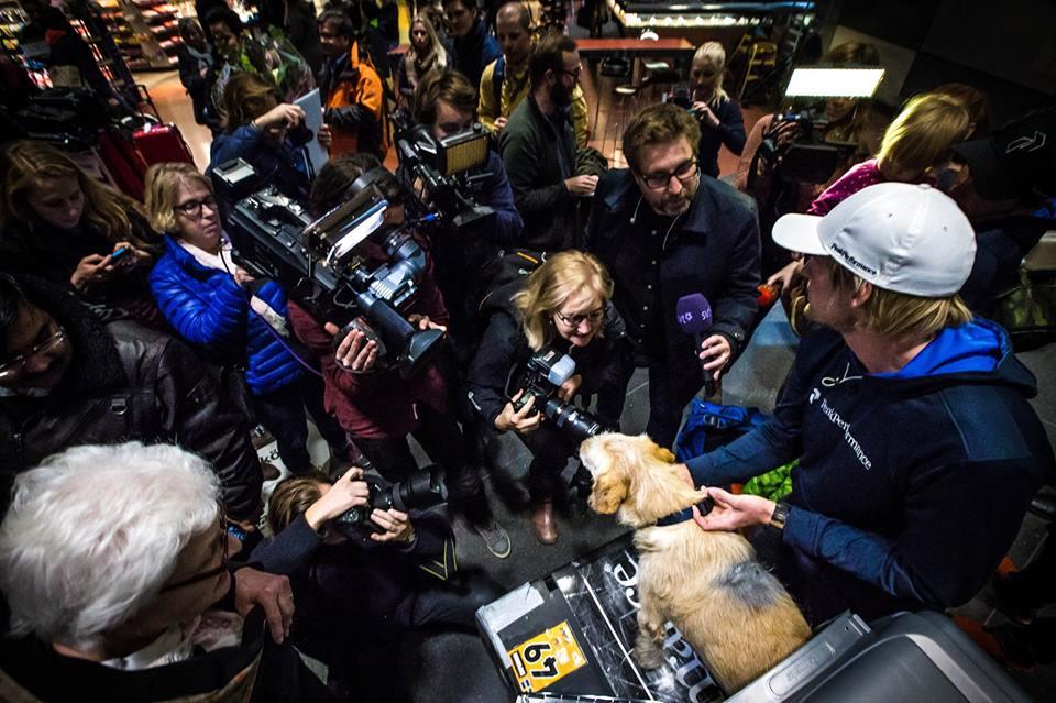 A história de Arthur fez sucesso e a chegada do cão no Aeroporto de Arlanda, na Suécia, contou com a presença de muitos jornalistas. (Foto: Reprodução / Facebook / Team Peak Performance)