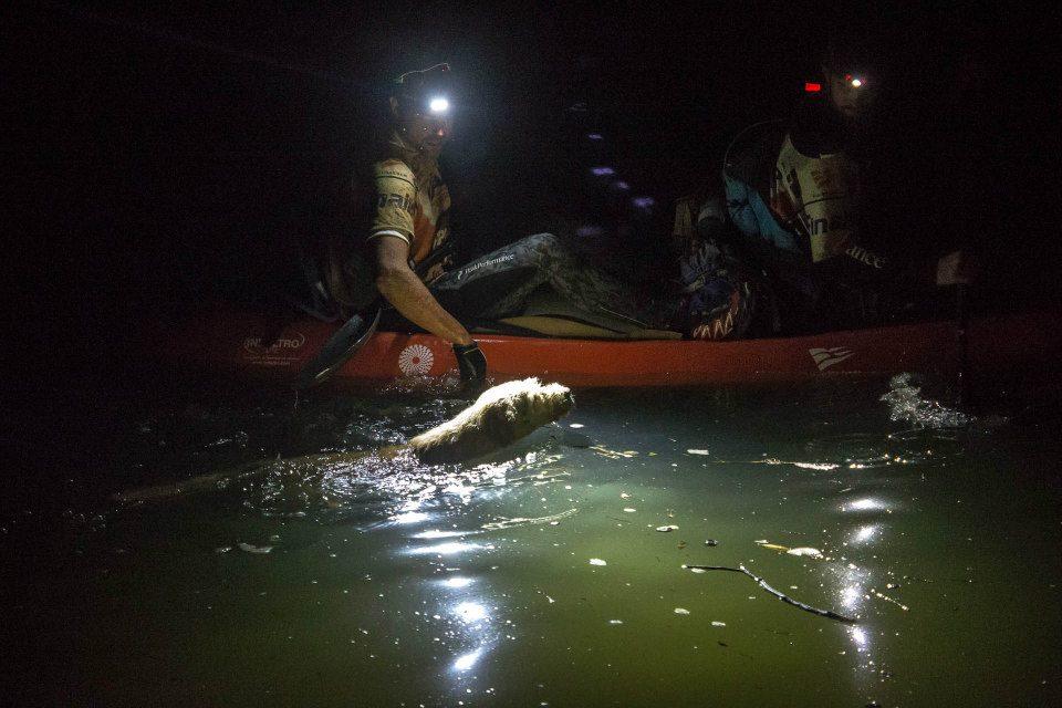 Arthur nadou ao lado do caiaque porque queria seguir com o time. (Foto: Reprodução / Facebook / Team Peak Performance)