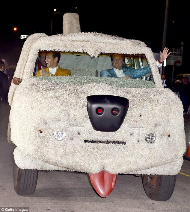 Jim Carrey e Jeff Daniels no carro em formato de cachorro na pré-estreia do filme. (Foto: Reprodução / Daily Mail UK)