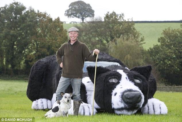 O fazendeiro Dave Issac transformou seu carro em um cachorro. (Foto: Reprodução / Daily Mail UK)
