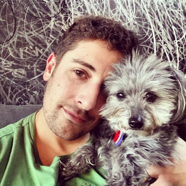 Final feliz: Jason Biggs com sua cadelinha Gina. (Foto: Reprodução / Instagram / biggsjason)