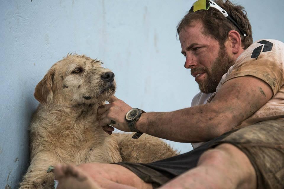 Mikael Lindlord com o cão Arthur. (Foto: Reprodução / Facebook / Team Peak Performance)