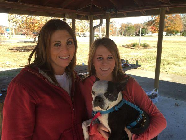 Alicia Buzbee e Kansas com o cachorro Butch. (Foto: Reprodução / AL.com)