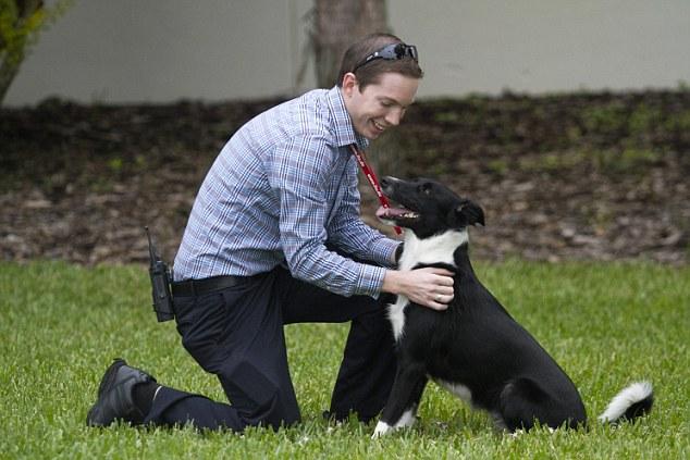 O treinador Derek Faulkner brincando com a cadela. (Foto: Reprodução / Daily Mail UK)