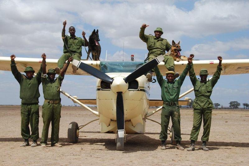 Guardas florestais e os cães farejadores. (Foto: Reprodução / Bark Post)