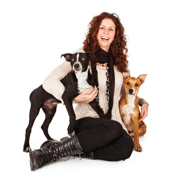 A fotógrafa e dois modelos caninos. (Foto: Reprodução / Susan Schmitz / A Dog's Life Photography / Dogster)