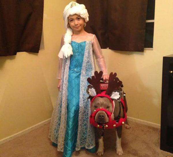 A garota Abcde e seu cão de serviço Pup-Cake foram rejeitados pelo Papai Noel de um shopping. (Foto: Reprodução / Dogster)