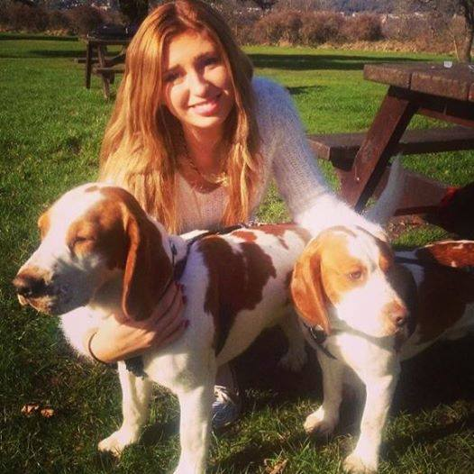 Julie Evan com seus cachorros. (Foto: Reprodução / Facebook)