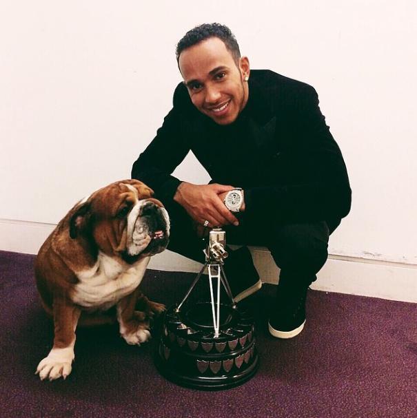 Lewis Hamilton e seu cachorro Roscoe com o troféu. (Foto: Reprodução / Instagram)