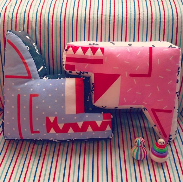 Duas almofadas criadas por Chi He. (Foto: Reprodução / Instagram)