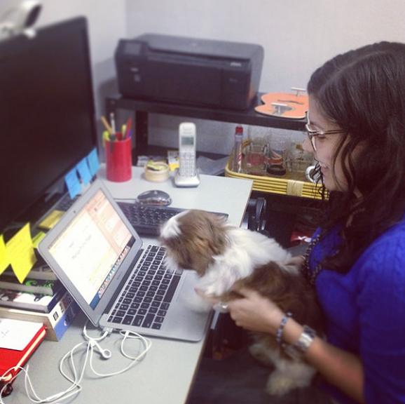 A brasileira Mayna Prista com sua cachorra no escritório do Rio de Janeiro. (Foto: Reprodução / Instagram)