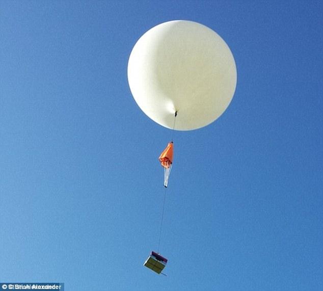 Balão meteorológico levando o diamante. (Foto: Reprodução / Daily Mail UK)