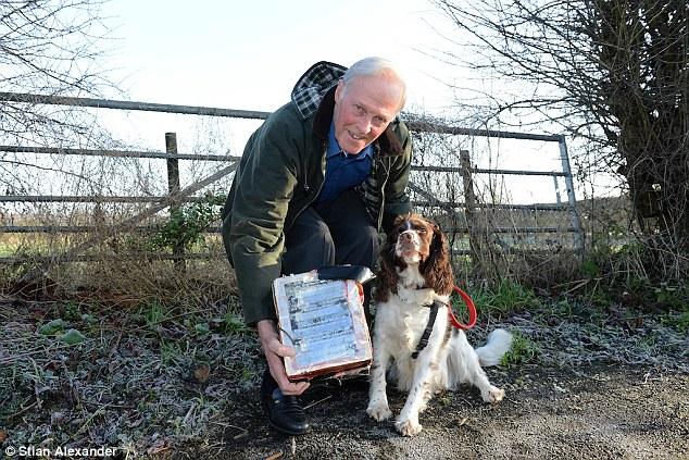 A cachorra encontrou a caixa com o diamante. (Foto: Reprodução / Daily Mail UK)