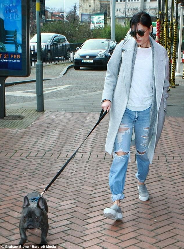 Jessie J passeando com seu cão Billie Jean. (Foto: Reprodução / Daily Mail UK)