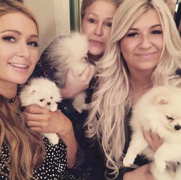 Paris Hilton com sua nova cachorrinha, Kathy Hilton com a cachorra que ganhou de presente e a criadora Joanne Betty Pedram segurando o cão Prince. (Foto: Reprodução / Instagram)
