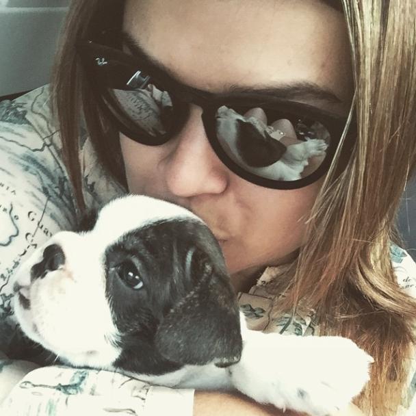 Preta Gil recebendo o cão Gucci em seus braços pela primeira vez. (Foto: Reprodução / Instagram)