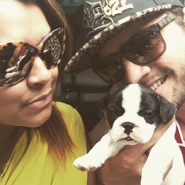 A cantora e o marido levando o Gucci pra passear. (Foto: Reprodução / Instagram)