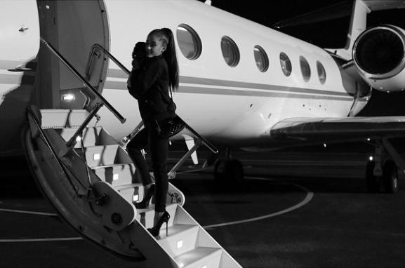 Ariana Grande levando o cão Sirius Black para viajar. (Foto: Reprodução / Instagram)