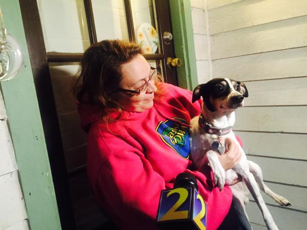 Jennifer Jones com o cachorro que salvou a vida de sua filha. (Foto: Reprodução / Bark Post)