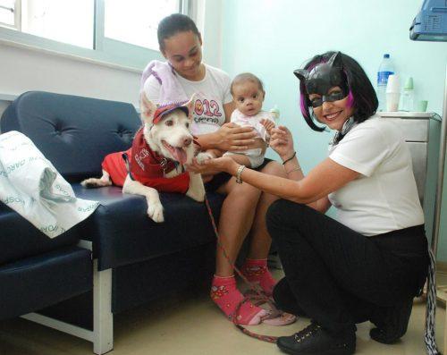 Crianças de todas as idades se divertiram com os cães. (Foto: Reprodução / Facebook / Secretaria de Estado da Saúde de São Paulo)