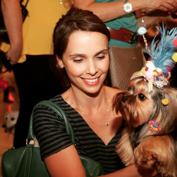 Débora Falabella com sua cachorra Fanny fantasiada. (Foto: Reprodução / Instagram / Shopping Pátio Higienópolis)