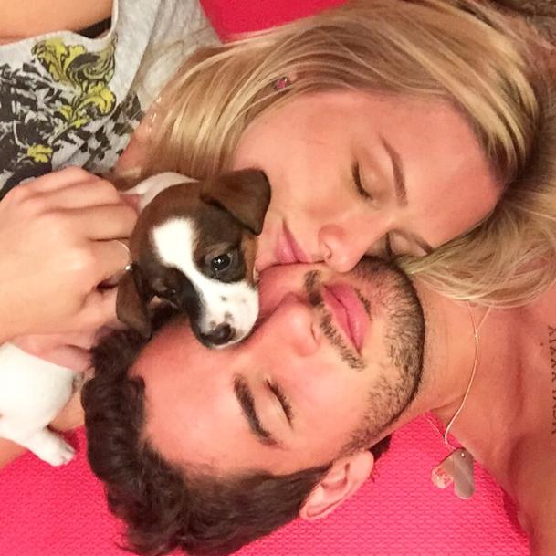 Seu mais novo cachorrinho também recebeu um carinho da atriz e seu namorado, Alexandre Pato.  (Foto: Reprodução / Instagram)