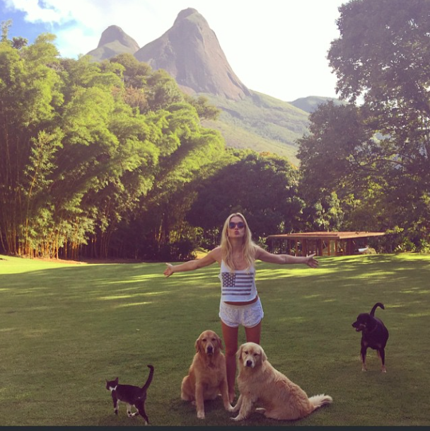 Fiorella Mattheis com Manu, Cora, Maya e Well. (Foto: Reprodução / Instagram)