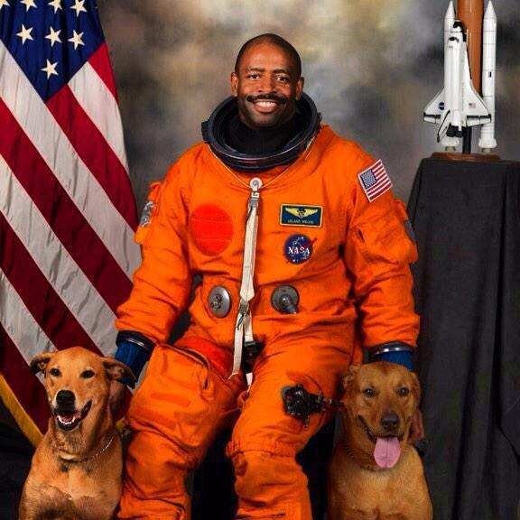O astronauta e seus companheiros caninos. (Foto: Reprodução / Twitter / Astro_Flow)