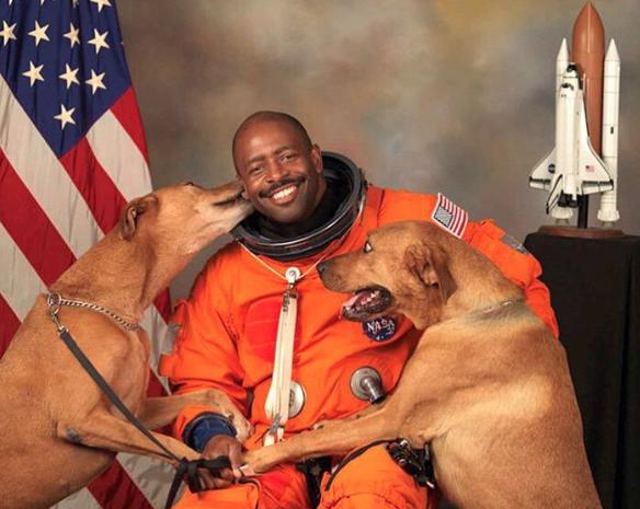 O astronauta Leland Melvin com seus cachorros Jake e Scout. (Foto: Reprodução / Twitter / AdamAton)