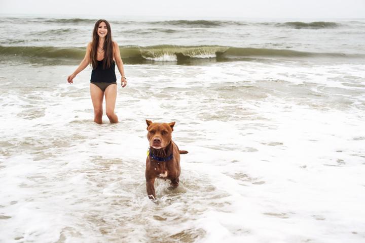 Dukes nadou no mar pela primeira vez na vida. (Foto: Reprodução / The Dodo / Zhenia Bulawka)