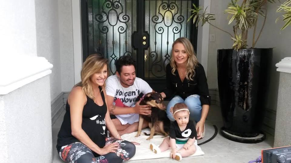 Luisa Mell, Fernando com a esposa Mikelli, a filha Alice e a nova cachorra Chocolate. (Foto: Reprodução / Facebook)